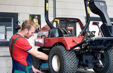 Bosgra te Hardegarijp in Friesland voor reparatie en onderhoud van tractors, trailers en aanhangwagens